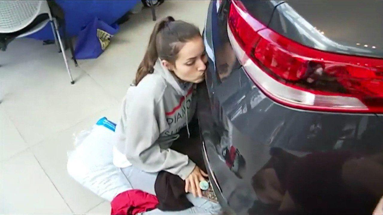 девушка силиконами расцеловала за машину меня зовут
