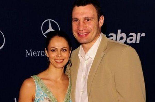 Жена Виталия Кличко рассказала, как супруг «отжигает» дома сгитарой