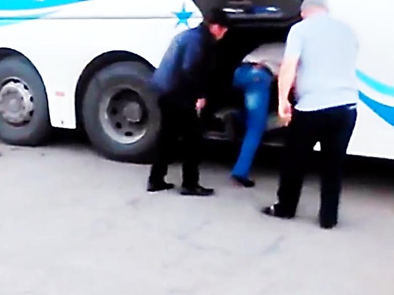 Пассажиры прибыли навокзал вбагажнике автобуса вКропоткине