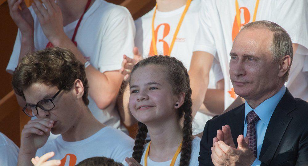 Путин предложил юным разработчикам наноспутника принять участие вконкурсе Роскосмоса
