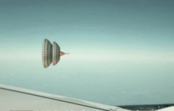 Пассажир самолета снял немалое  НЛО ввиде юлы