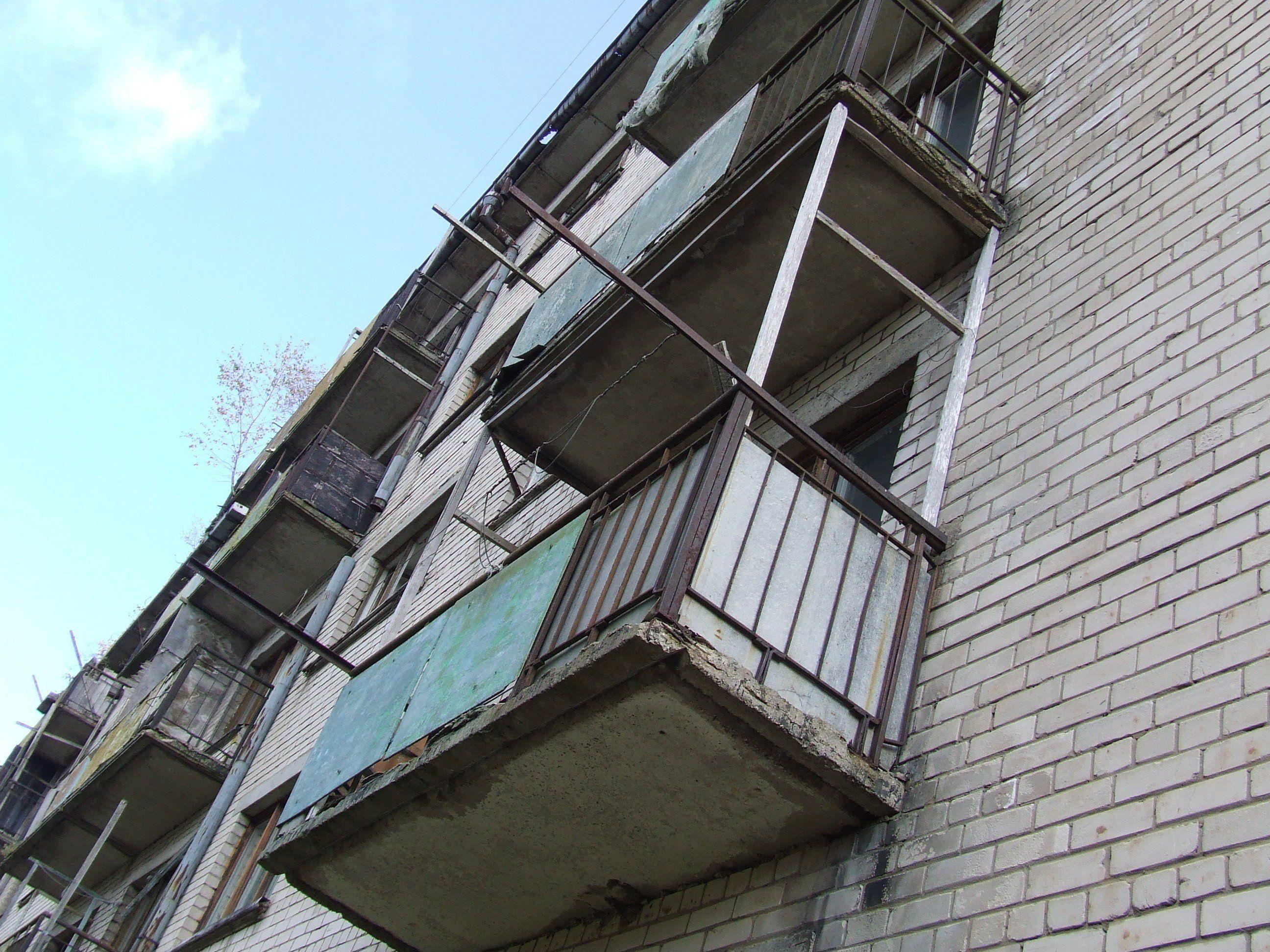 Пытаясь попасть в квартиру через балкон, омич упал с четверт.