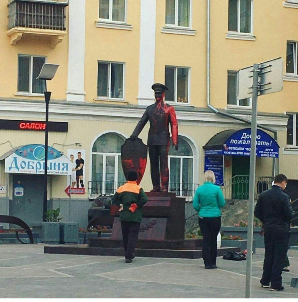 ВУльяновске подростки облили краской монумент полицейскому