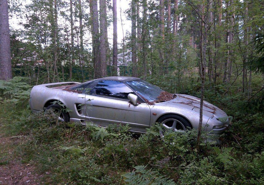 Влесу около Петербурга отыскали брошенный спорткар Хонда NSX