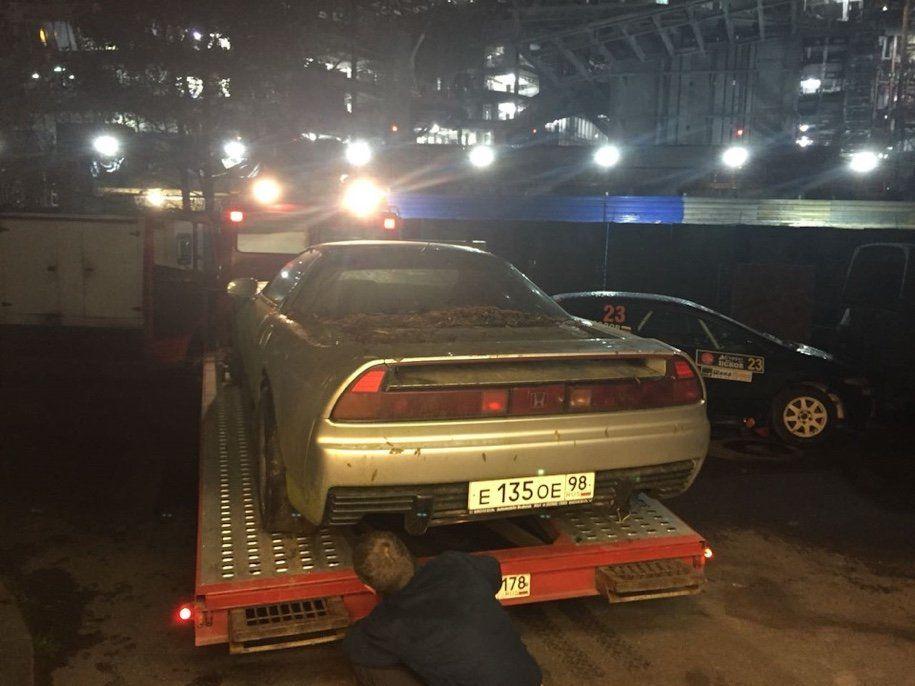 Влесу под Петербургом отыскали редкостный спорткар, поросший мхом