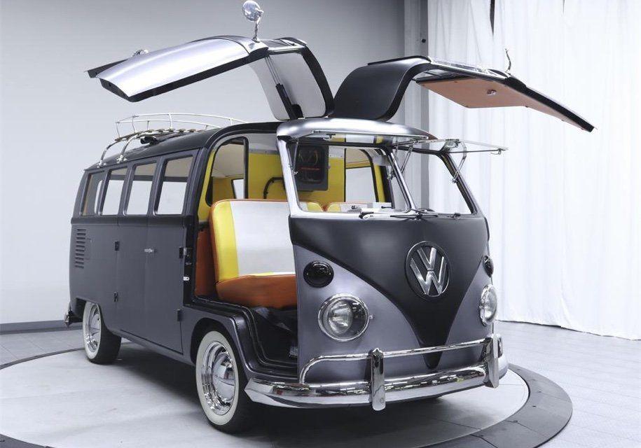 Хиппибас превратился вавтомобиль изфильма «Назад вбудущее»