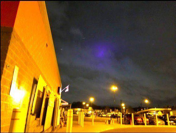 Жители Соединенных Штатов наблюдали занесколькими НЛО вфиолетовом сиянии