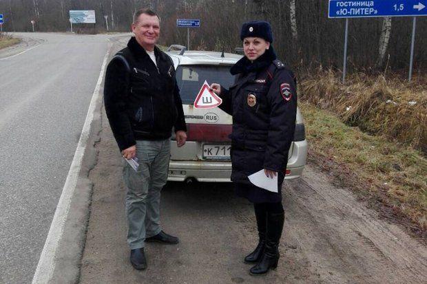 Рабочие ГИБДД Тверской области подарили водителям знаки «Ш»