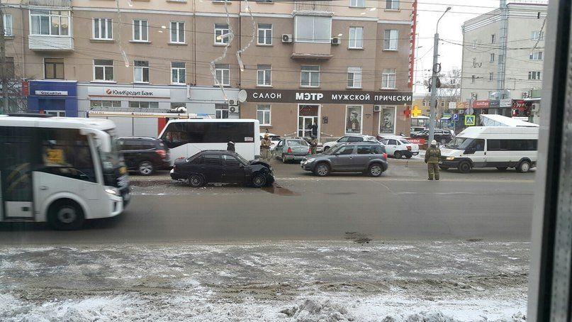 Вцентре Челябинска шофёр Яндекс.Такси протаранил легковую машину