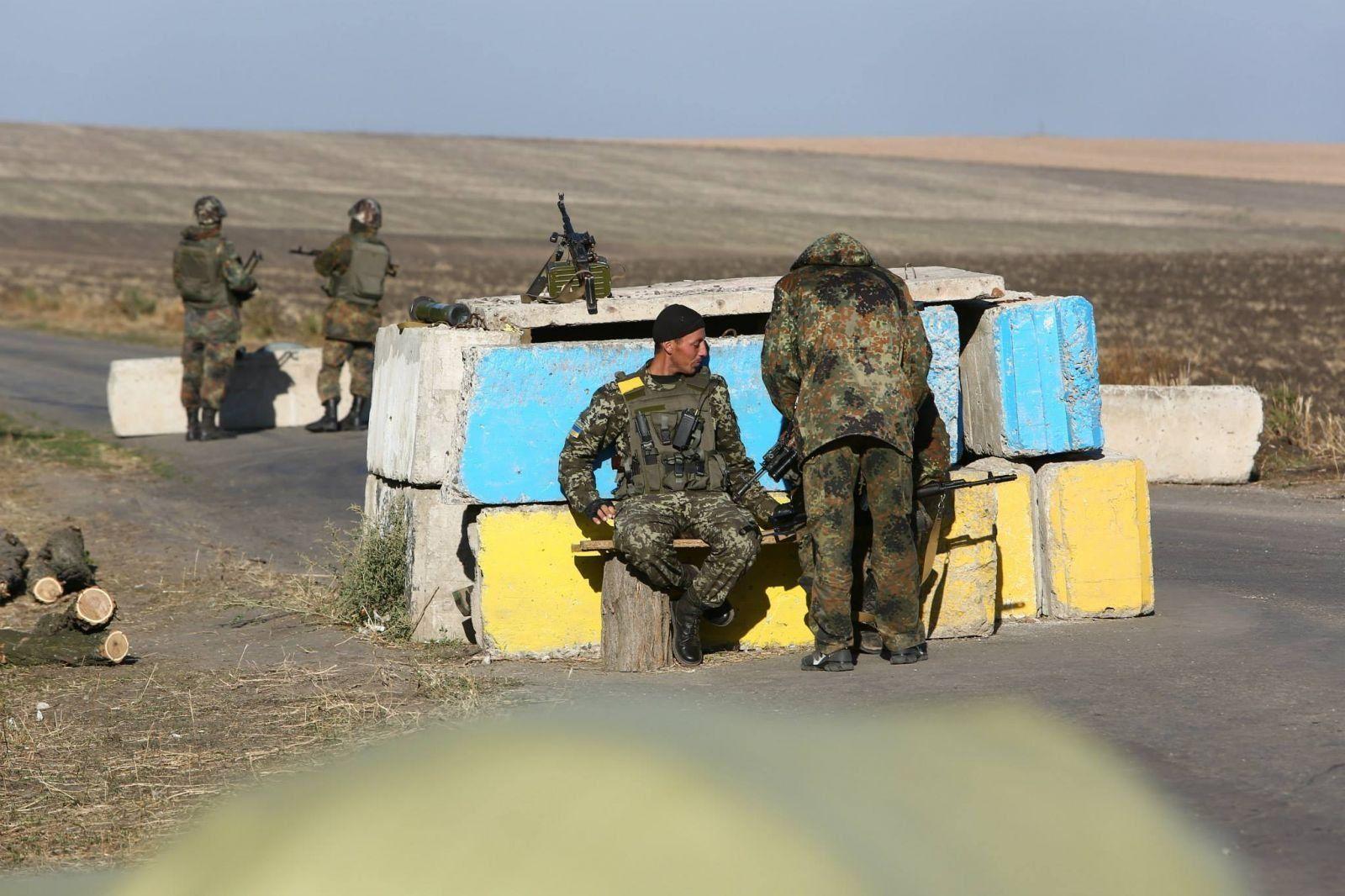Награнице сКрымом здешние граждане преподали урок нетрезвому бойцу ВСУ