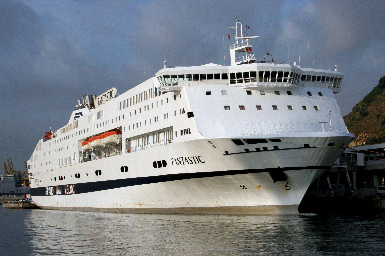 Впорту Барселоны паром протаранил круизный лайнер