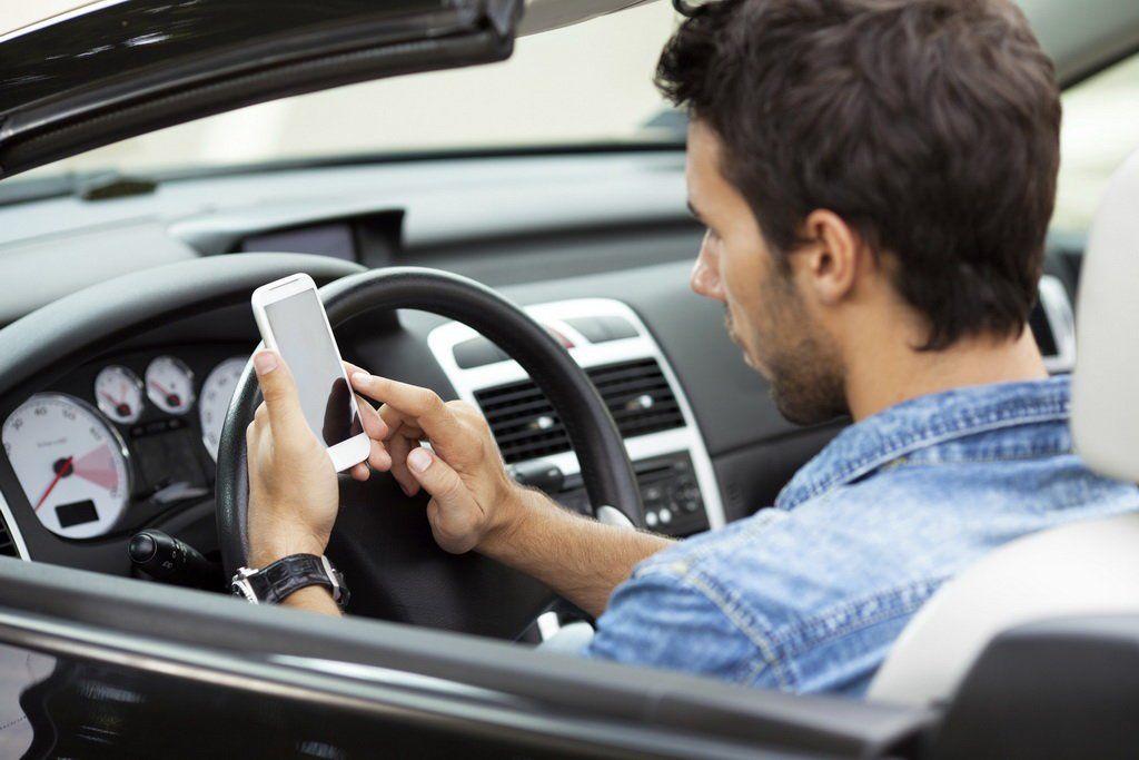 Сэтого момента воФранции водители несмогут встоящем автомобиле пользоваться телефоном