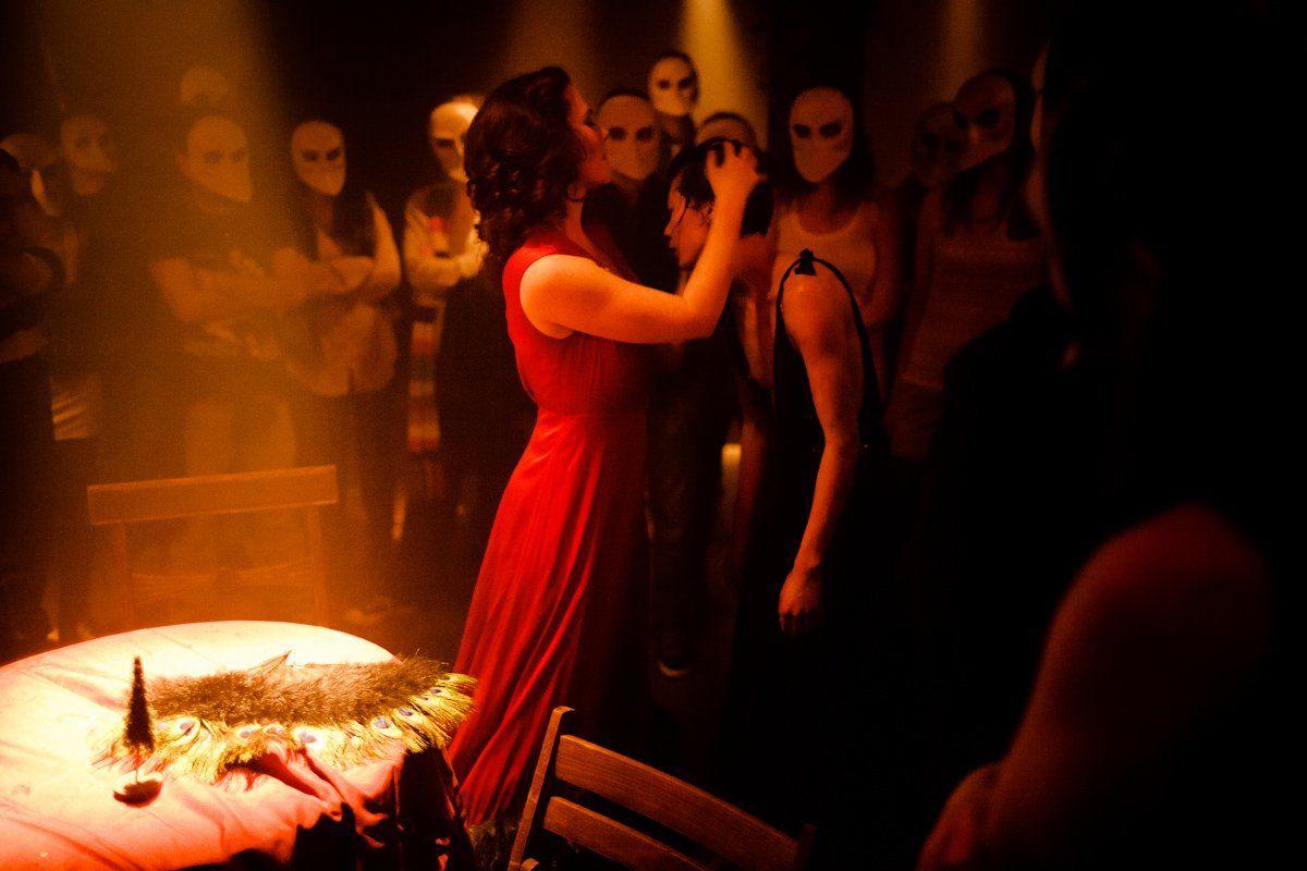 Актеры спектакля Sleep NoMore пожаловались надомогательства созерцателей