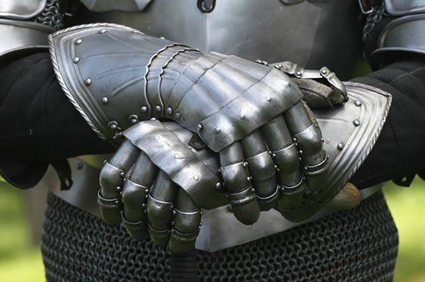 Милиция вызволила 2-х германцев изплена манекена-рыцаря