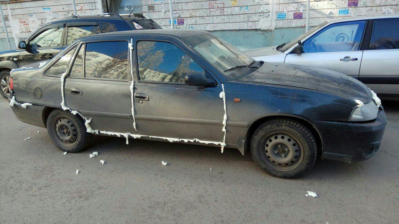 ВВоронеже сфотографировали «наказанную» занеправильную парковку монтажной пеной иномарку