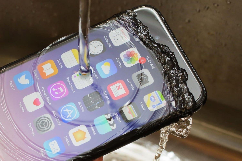 IPhone Xможно погружать под воду без особого чехла— специалист