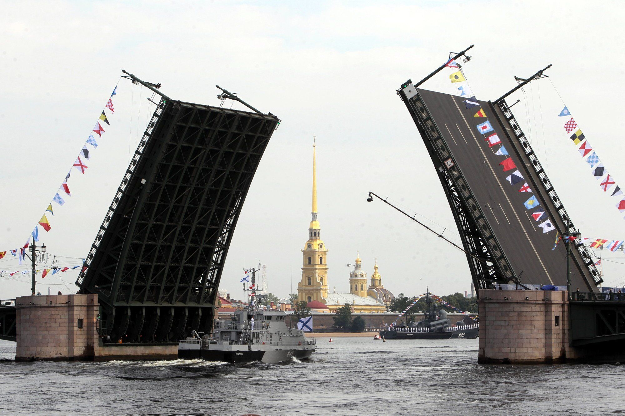 ВПетербурге катер врезался вопору Благовещенского моста