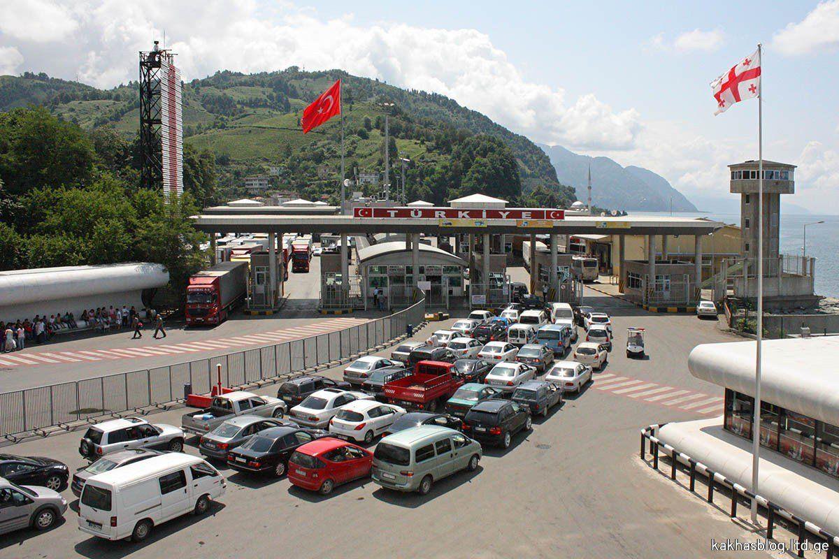 Турецкие таможенники задержали гражданина Грузии сдевушкой вчемодане