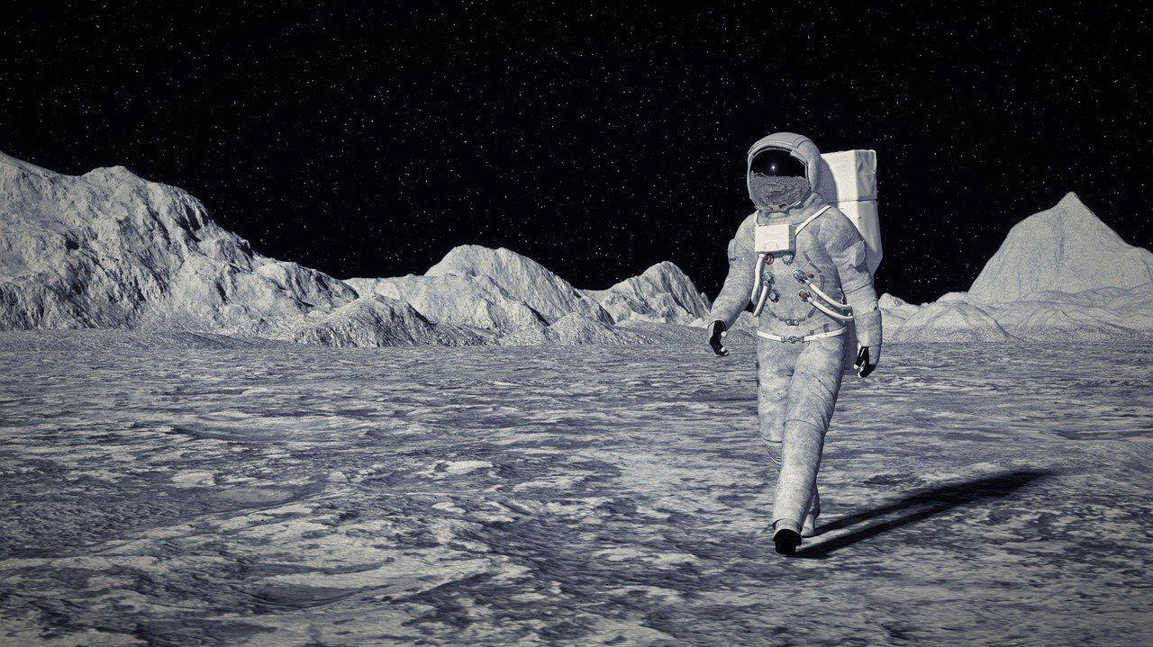 сколько подобных картинки людей на луне том