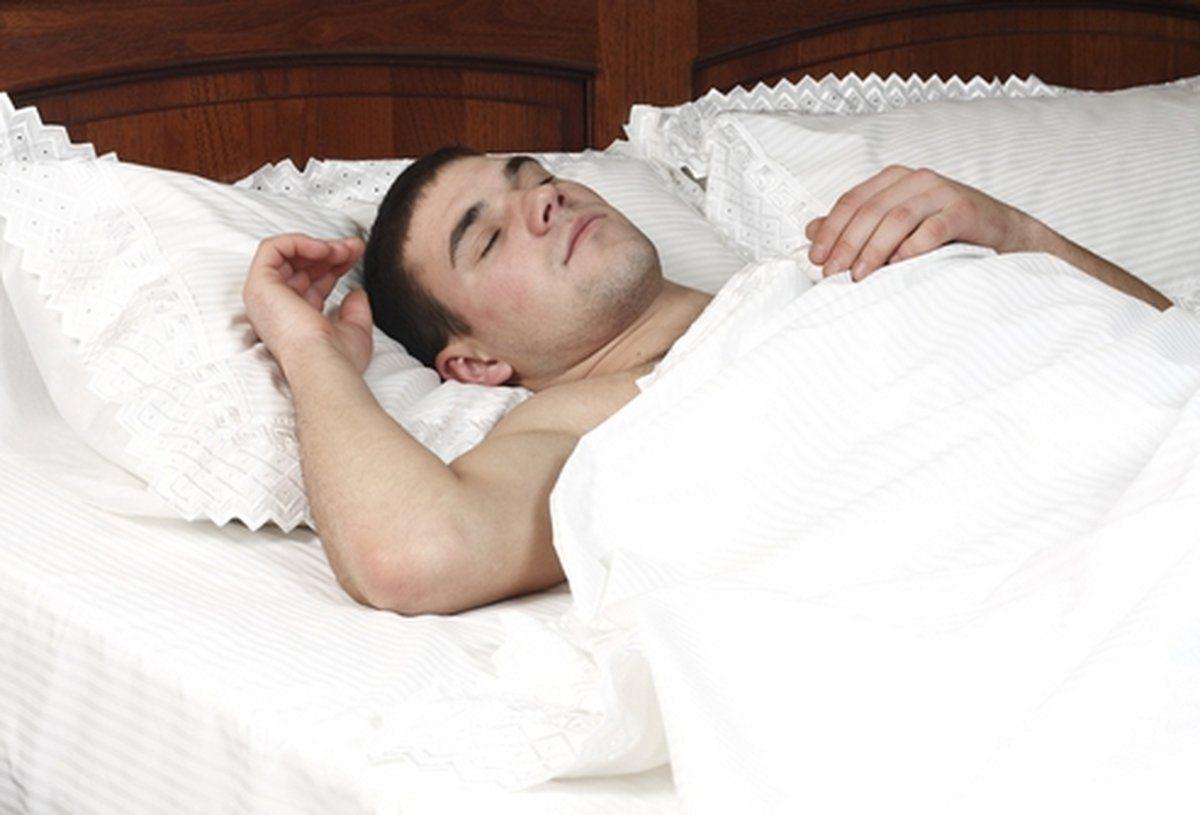 Фото спящего красивого мужчины